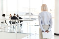 Vista traseira na mulher de negócios superior nervosa forçada i de espera imagens de stock