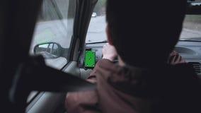 Vista traseira - o homem conduz o carro filme