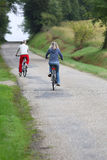 Vista trasera de la bicicleta del montar a caballo de los pares Fotografía de archivo libre de regalías