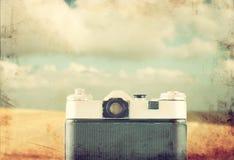 Vista trasera de la cámara vieja en el mar delantero imagen filtrada vintage Fotografía de archivo