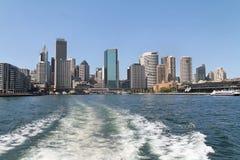 Vista trasera de la ciudad de Sydney en barco Fotografía de archivo