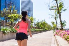 Vista trasera de la práctica de la mujer del deporte que corre en parque Fotos de archivo libres de regalías