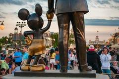 Vista trasera de las estatuas de los socios Walt Disney y de Mickey Mouse en el reino mágico fotos de archivo libres de regalías
