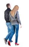 Vista trasera de pares jovenes que caminan Imagenes de archivo
