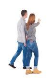 Vista trasera de pares jovenes que caminan Imágenes de archivo libres de regalías