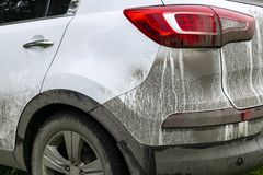 Vista trasera de un coche muy sucio Fragmento de SUV sucio Las linternas, la rueda y el tope sucios del coche campo a través con  Imagen de archivo libre de regalías
