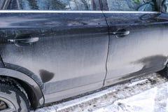 Vista trasera de un coche muy sucio Fragmento de SUV sucio Luces posteriores, rueda y tope sucios del coche campo a través con el Imagen de archivo libre de regalías