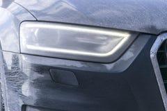 Vista trasera de un coche muy sucio Fragmento de SUV sucio Luces posteriores, rueda y tope sucios del coche campo a través con el Foto de archivo