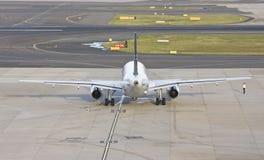 Vista trasera de un plano del avión de pasajeros Imágenes de archivo libres de regalías
