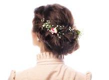 Vista trasera del corte de pelo hermoso con las pequeñas flores Imagen de archivo