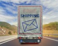 Vista trasera del envase de transporte del envío gratis del camión en el mejor camino Fotografía de archivo