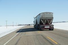 Vista trasera semi de un camión que viaja abajo de la carretera Fotos de archivo libres de regalías