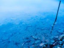 Vista trasparente limpida azzurrata del lago Fotografie Stock