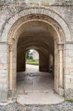 Vista a través del paso de la abadía medieval Imagen de archivo libre de regalías