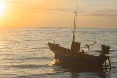 A vista tropical de barcos do mar e de pesca com por do sol ilumina-se em Chao Lao Beach fotos de stock