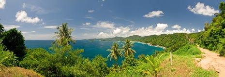 Vista tropicale del mare da un pendio di collina Immagini Stock