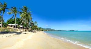 Vista tropicale del mare e del villaggio Fotografia Stock