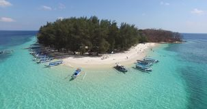 Vista tropicale dell'isola della spiaggia piacevole con le barche e la piccola onda video d archivio