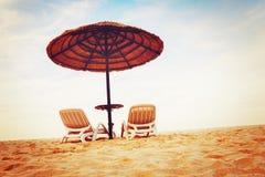 Vista tropicale della spiaggia con due chaise longue Fotografie Stock Libere da Diritti