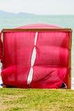 Vista tropicale della spiaggia del gazebo che guarda mare fotografia stock libera da diritti