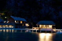 Vista tropicale di notte del centro balneare Fotografia Stock Libera da Diritti