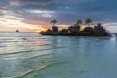 Vista tropicale di tramonto del fondo dall'isola di Boracay a Bea bianco Fotografie Stock