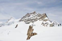 vista turistica osservare e della foto la cima della montagna di Jungfrau di Europa Immagini Stock Libere da Diritti