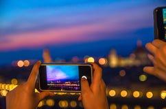 Vista uguagliante panoramica aerea superiore della città di Firenze con il duomo tramite lo schermo del telefono cellulare al cre fotografia stock