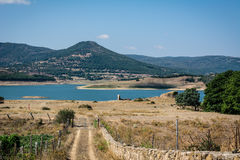 Vista a um lago com montanhas Imagens de Stock Royalty Free