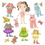 Vista uma boneca bonito com grupos de roupa com acessórios e brinquedos Fotografia de Stock Royalty Free