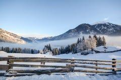 Vista a uma paisagem do inverno com cerca de madeira, vale perto de Gastein mau, cumes de Gasteinertal de Pongau - Salzburg Áustr Fotografia de Stock