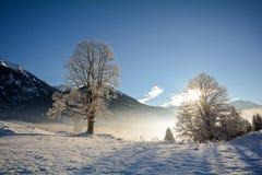 Vista a uma paisagem do inverno com cordilheira, vale perto de Gastein mau, cumes de Gasteinertal de Pongau Fotografia de Stock