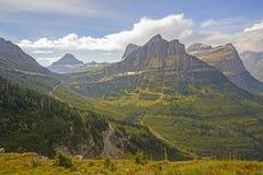Vista a uma passagem de montanha de uma fuga alpina imagens de stock