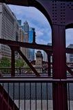 Vista a una de casas de puente del ` s de Chicago con la arquitectura del puente, visto de Clark Street en el lazo céntrico imagenes de archivo