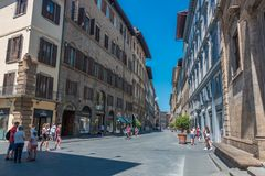 Vista a una de las calles principales de Florencia con la porción de turistas imagen de archivo libre de regalías