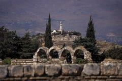Vista a una mezquita vieja en una colina del gran palacio del palacio de Umayyad con el mountainrange en el fondo en Anjar adentr Foto de archivo libre de regalías