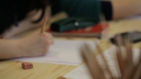 Vista Unfocused dell'immagine del disegno dello studente maschio video d archivio