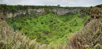 Vista a uno de los cráteres volcánicos gemelos en las montañas de Santa Cruz Fotografía de archivo libre de regalías
