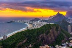 Vista Unset de la playa de Copacabana en Rio de Janeiro imagen de archivo