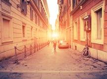 Vista urbana com as silhuetas borradas dos homens, mulheres, estudantes, carros Imagens de Stock Royalty Free