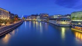 Vista urbana con la fontana ed il fiume Rodano famosi Fotografia Stock