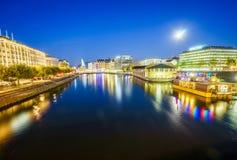 Vista urbana con la fontana ed il fiume Rodano famosi Immagini Stock Libere da Diritti