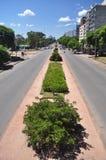 Vista urbana da avenida boulevar dos artigas na cidade de Montevideo, a capital de Uruguai imagem de stock