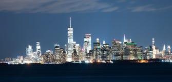 Vista urbana del centro Hudson River di notte dell'orizzonte della città di Manhattan fotografia stock