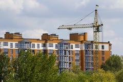 Vista urbana delle siluette di alta gru a torre industriale sopra il g Immagine Stock