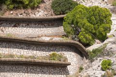 Vista vía del camino de Krupp de los jardines de Augustus Giardini di Augusto en la isla de Capri, Italia fotografía de archivo
