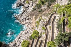 Vista vía del camino de Krupp y la costa costa de los jardines de Augustus Giardini di Augusto en la isla de Capri, Italia fotos de archivo