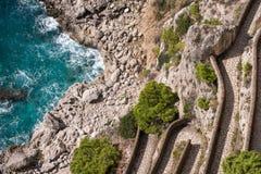 Vista vía del camino de Krupp y la costa costa de los jardines de Augustus Giardini di Augusto en la isla de Capri, Italia imagen de archivo libre de regalías
