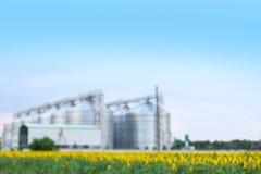 Vista vaga dei granai moderni per la conservazione dei chicchi di grano immagini stock