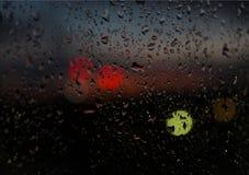 Vista vaga del fondo di giorno piovoso dalla finestra Immagini Stock